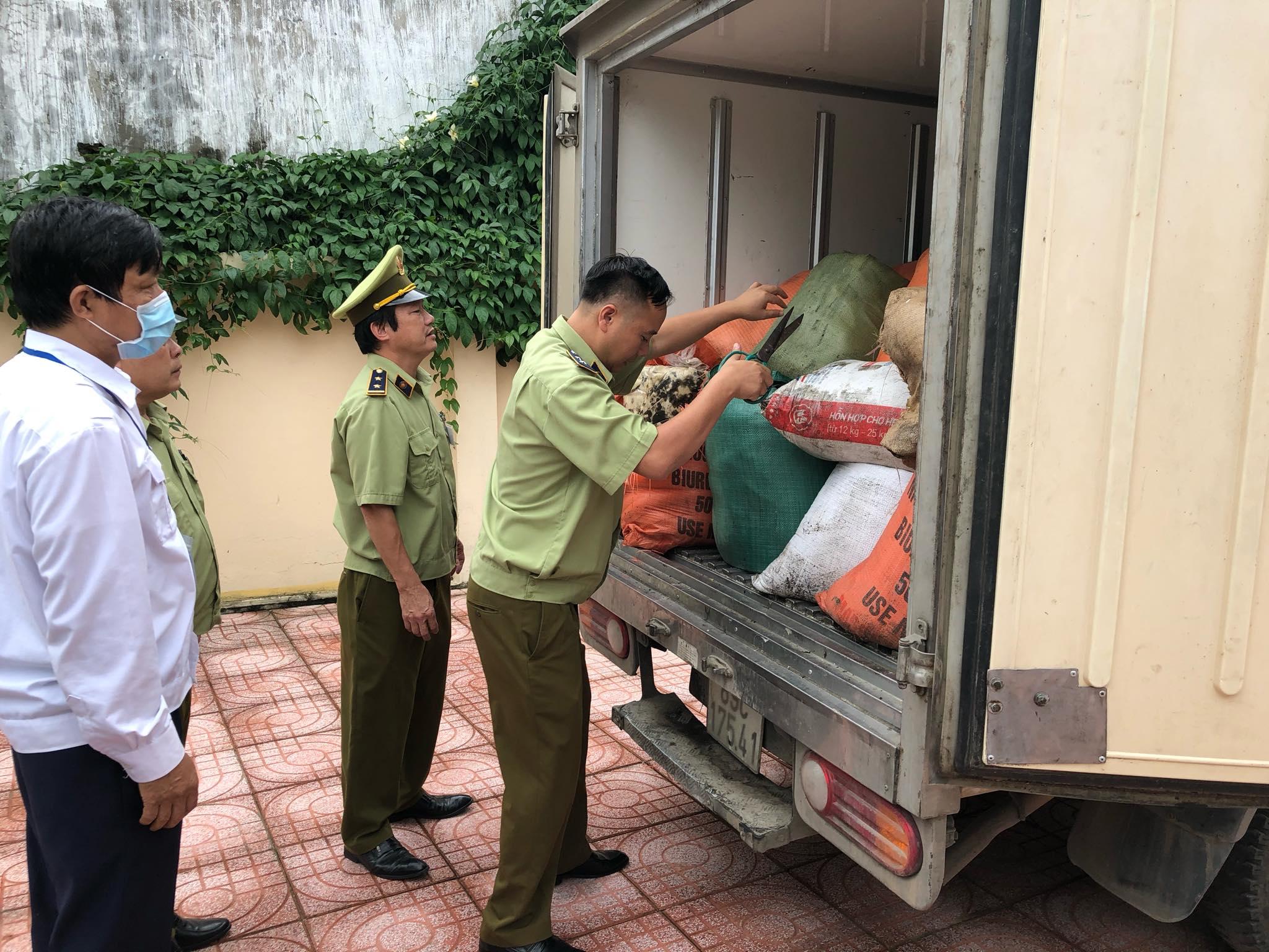 Cục QLTT tỉnh Hà Tĩnh: Đội QLTT số 6 phát hiện và tiêu hủy 1.180 kg mỡ động vật hôi thối
